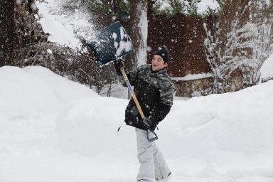 De ce este bine să deszăpezești curtea. Sfaturi utile de îndepărtare a zăpezii.