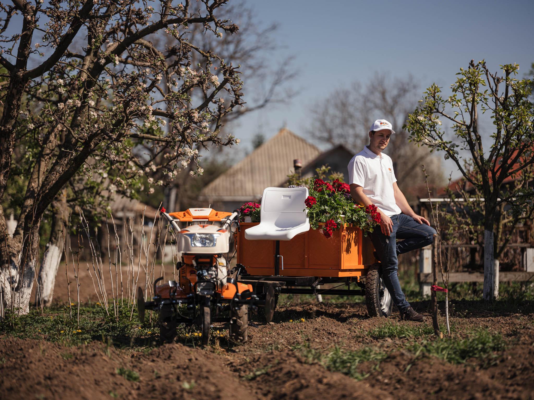 Motocultorul cu remorcuța cu flori a ajuns în noua sa grădină
